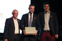Entrega  de agradecimiento  de la Fundación Pérez Scremini por parte de Ney Castillo y Guzmán Nion a Ignacio Sarmiento de Enjoy